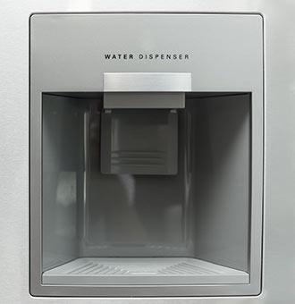 Ein Wasserspender Integriert In Einen Kühlschrank.